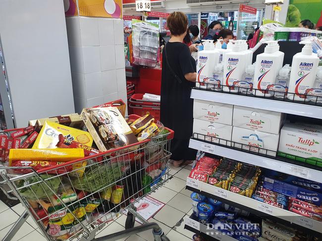 Covid-19 phức tạp, người dân TP.HCM đi siêu thị, mua nhiều rau củ, thịt cá, mì gói - Ảnh 9.