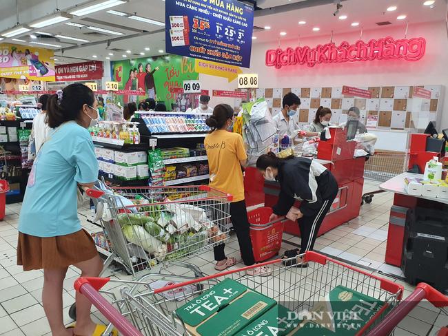 Covid-19 phức tạp, người dân TP.HCM đi siêu thị, mua nhiều rau củ, thịt cá, mì gói - Ảnh 10.