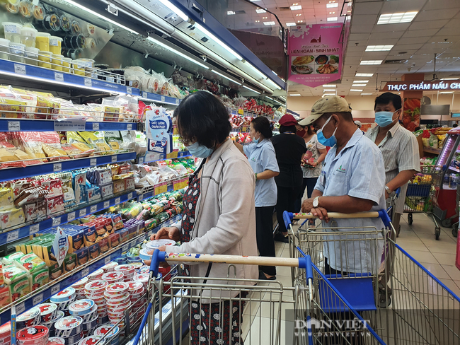 Covid-19 phức tạp, người dân TP.HCM đi siêu thị, mua nhiều rau củ, thịt cá, mì gói - Ảnh 11.