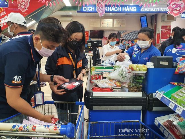 Covid-19 phức tạp, người dân TP.HCM đi siêu thị, mua nhiều rau củ, thịt cá, mì gói - Ảnh 13.