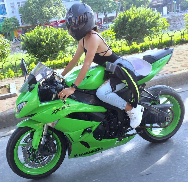 Người mẫu mê xe mô tô phân khối lớn Khánh Linh - Ảnh 1.