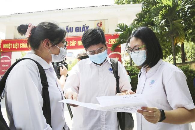 Hà Nội yêu cầu học sinh lớp 9, lớp 12 không ra khỏi địa bàn cho đến khi thi xong - Ảnh 1.