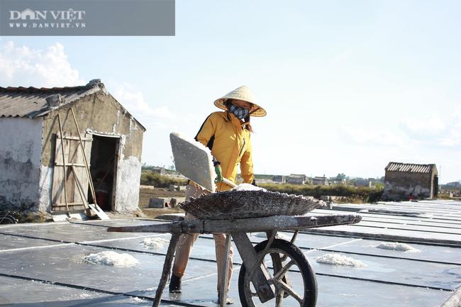 Nghệ An: Diêm dân phơi mình dưới cái nắng 40 độ C - Ảnh 12.