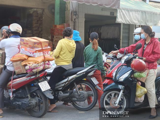 Chợ, siêu thị TP.HCM bán bình thường trong lúc giãn cách xã hội, người dân không cần tích trữ - Ảnh 3.