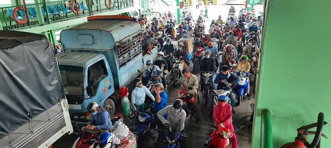Bất chấp lệnh giãn cách xã hội, phà ở TP.HCM vẫn đông nghịt, hành khách vô tư không đeo khẩu trang - Ảnh 1.