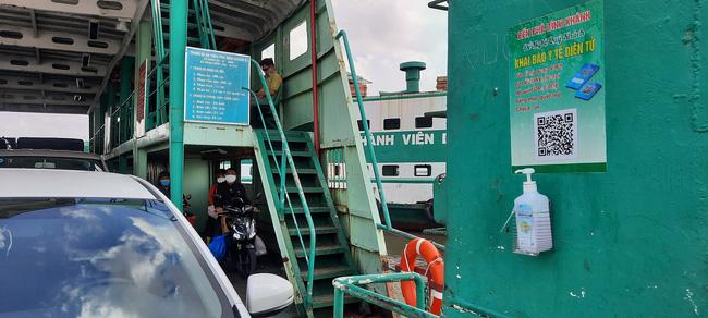 Bất chấp lệnh giãn cách xã hội, phà ở TP.HCM vẫn đông nghịt, hành khách vô tư không đeo khẩu trang - Ảnh 10.