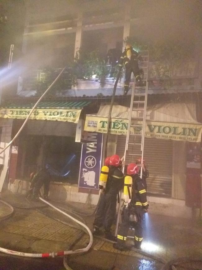 Cứu 4 người mắc kẹt trong căn nhà cháy trên đường Nguyễn Thiện Thuật, quận 3 - Ảnh 1.