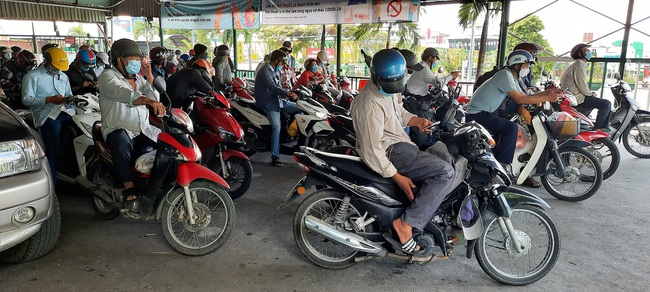 Bất chấp lệnh giãn cách xã hội, phà ở TP.HCM vẫn đông nghịt, hành khách vô tư không đeo khẩu trang - Ảnh 4.