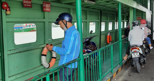 Bất chấp lệnh giãn cách xã hội, phà ở TP.HCM vẫn đông nghịt, hành khách vô tư không đeo khẩu trang - Ảnh 7.