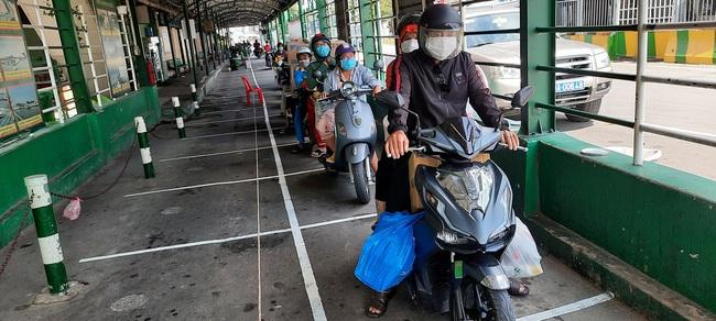 Bất chấp lệnh giãn cách xã hội, phà ở TP.HCM vẫn đông nghịt, hành khách vô tư không đeo khẩu trang - Ảnh 8.