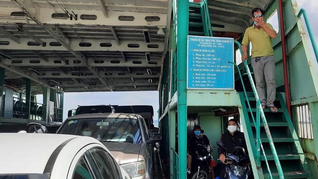 Bất chấp lệnh giãn cách xã hội, phà ở TP.HCM vẫn đông nghịt, hành khách vô tư không đeo khẩu trang - Ảnh 9.