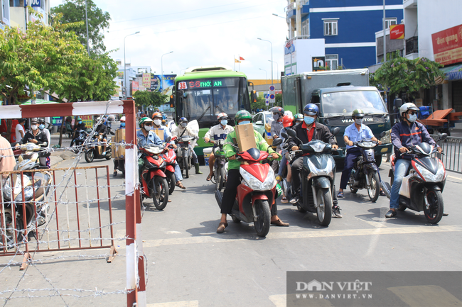 TP.HCM ngày đầu giãn cách xã hội: Dỡ chốt ra khỏi quận Gò Vấp, qua lại phải khai báo y tế - Ảnh 1.