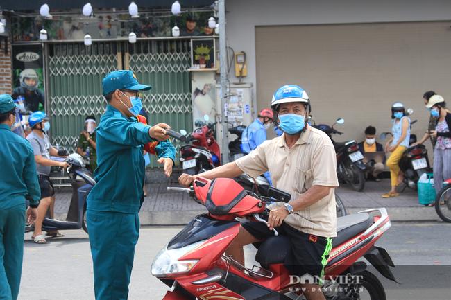 TP.HCM ngày đầu giãn cách xã hội: Dỡ chốt ra khỏi quận Gò Vấp, qua lại phải khai báo y tế - Ảnh 5.