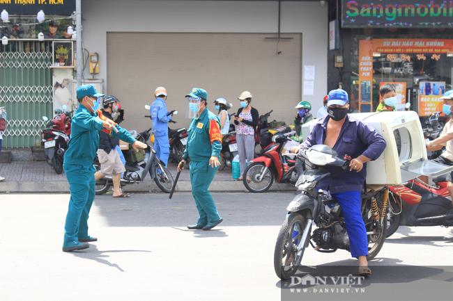 TP.HCM ngày đầu giãn cách xã hội: Dỡ chốt ra khỏi quận Gò Vấp, qua lại phải khai báo y tế - Ảnh 6.