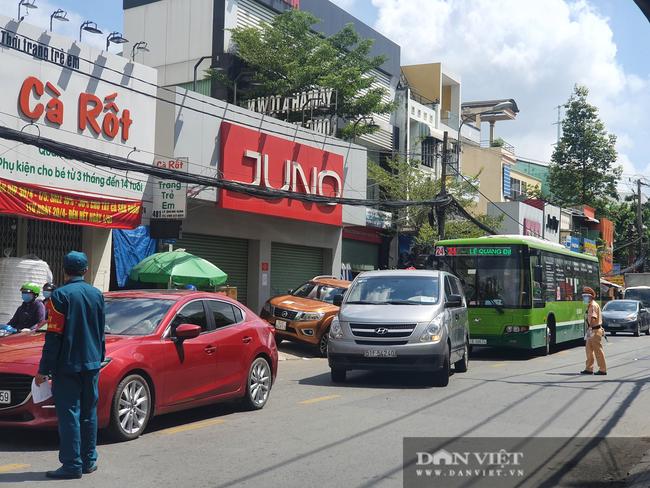 TP.HCM ngày đầu giãn cách xã hội: Dỡ chốt ra khỏi quận Gò Vấp, qua lại phải khai báo y tế - Ảnh 7.