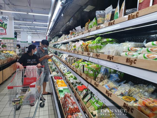 Ngày đầu tiên TP.HCM giãn cách xã hội: Chợ, siêu thị vắng khách, rau củ, thịt cá ê hề, mì gói chất đống - Ảnh 1.