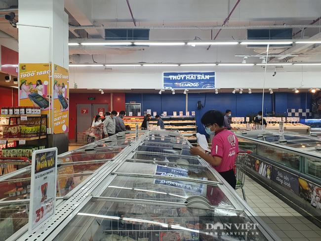 Ngày đầu tiên TP.HCM giãn cách xã hội: Chợ, siêu thị vắng khách, rau củ, thịt cá ê hề, mì gói chất đống - Ảnh 2.