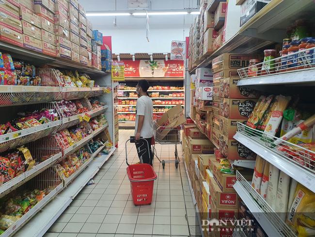 Ngày đầu tiên TP.HCM giãn cách xã hội: Chợ, siêu thị vắng khách, rau củ, thịt cá ê hề, mì gói chất đống - Ảnh 6.