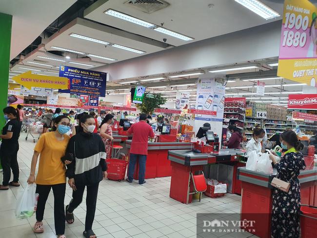 Ngày đầu tiên TP.HCM giãn cách xã hội: Chợ, siêu thị vắng khách, rau củ, thịt cá ê hề, mì gói chất đống - Ảnh 8.