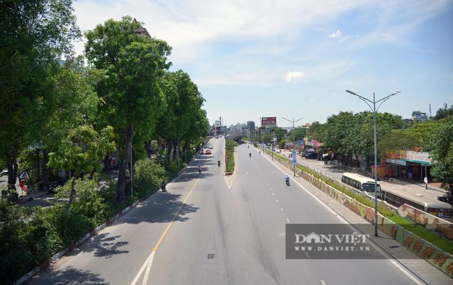 Ảnh: Hà Nội nắng nóng 40 độ C, đường phố vắng tanh - Ảnh 1.