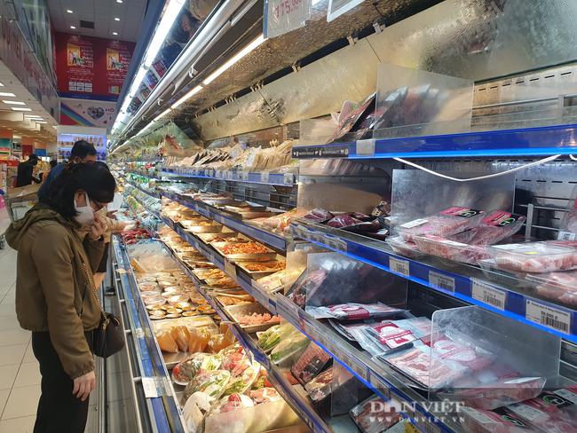 Ngày đầu tiên TP.HCM giãn cách xã hội: Chợ, siêu thị vắng khách, rau củ, thịt cá ê hề, mì gói chất đống - Ảnh 10.
