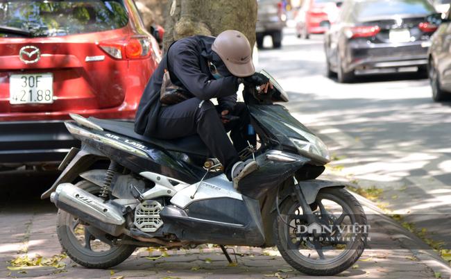 Ảnh: Hà Nội nắng nóng 40 độ C, đường phố vắng tanh - Ảnh 4.
