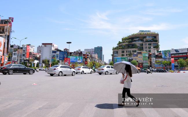 Ảnh: Hà Nội nắng nóng 40 độ C, đường phố vắng tanh - Ảnh 5.