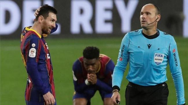 Trọng tài mang về may mắn cho Barcelona.