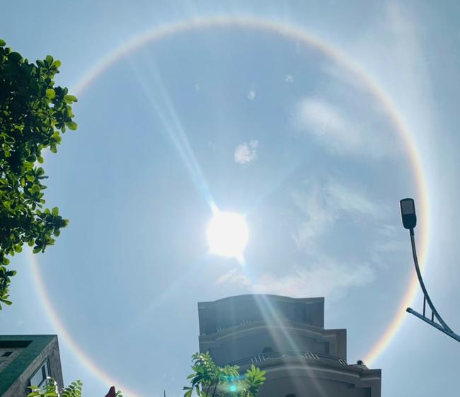 Hải Phòng: Hào quang mặt trời xuất hiện giữa trưa, khiến người dân thích thú  - Ảnh 2.