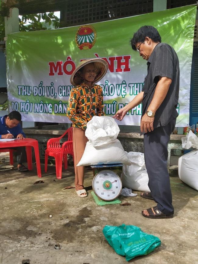 Đổi gạo lấy vỏ chai thuốc bảo vệ thực vật  - Ảnh 1.
