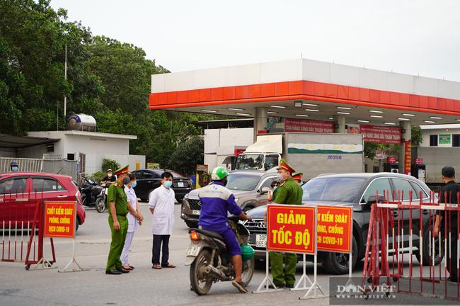 """Thuận Thành lập """"kỷ lục""""  77 ca cộng dồn, hàng trăm phương tiện quay đầu xe, người dân tranh thủ tiếp tế lương thực - Ảnh 2."""