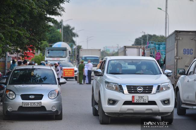 """Thuận Thành lập """"kỷ lục""""  77 ca cộng dồn, hàng trăm phương tiện quay đầu xe, người dân tranh thủ tiếp tế lương thực - Ảnh 12."""