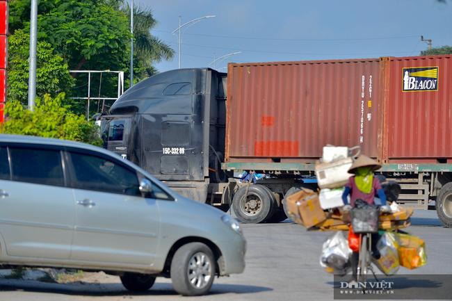 """Thuận Thành lập """"kỷ lục""""  77 ca cộng dồn, hàng trăm phương tiện quay đầu xe, người dân tranh thủ tiếp tế lương thực - Ảnh 11."""