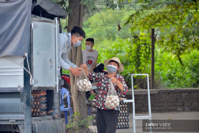 """Thuận Thành lập """"kỷ lục""""  77 ca cộng dồn, hàng trăm phương tiện quay đầu xe, người dân tranh thủ tiếp tế lương thực - Ảnh 9."""
