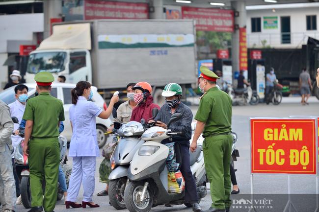 """Thuận Thành lập """"kỷ lục""""  77 ca cộng dồn, hàng trăm phương tiện quay đầu xe, người dân tranh thủ tiếp tế lương thực - Ảnh 5."""