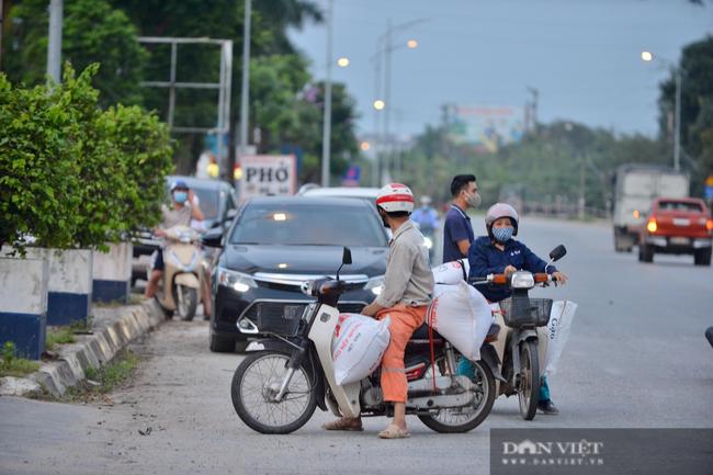"""Thuận Thành lập """"kỷ lục""""  77 ca cộng dồn, hàng trăm phương tiện quay đầu xe, người dân tranh thủ tiếp tế lương thực - Ảnh 8."""