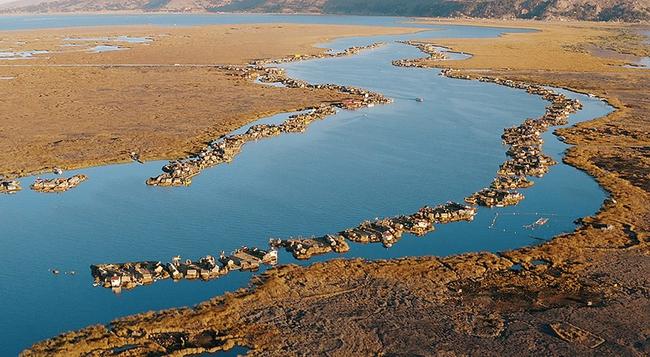 """Quần đảo lau sậy độc lạ của """"bộ lạc thảm bay"""" trên hồ Titicaca cao nhất thế giới - Ảnh 2."""