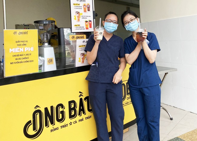Cà phê Ông Bầu đến các bệnh viện tuyến đầu tiếp thêm năng lượng cho y bác sỹ - Ảnh 1.