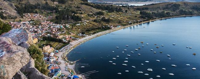 """Quần đảo lau sậy độc lạ của """"bộ lạc thảm bay"""" trên hồ Titicaca cao nhất thế giới - Ảnh 1."""