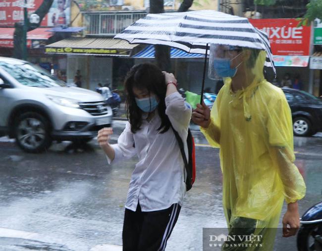 Bão số 2 suy yếu thành áp thấp nhiệt đới, Hà Nội mưa như trút - Ảnh 2.