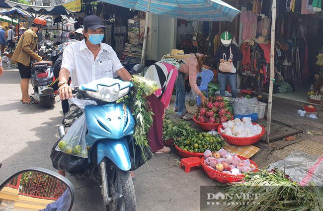 Người dân nhích từng chút một tại chợ TP.HCM, mua đồ cúng Tết Đoan ngọ sớm - Ảnh 3.
