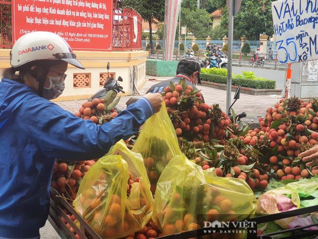Người dân nhích từng chút một tại chợ TP.HCM, mua đồ cúng Tết Đoan ngọ sớm - Ảnh 4.