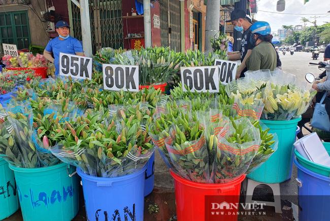 Chợ hoa Đầm Sen đắt khách, bán gần hết ngay trong buổi sáng trước Tết Đoan ngọ - Ảnh 4.