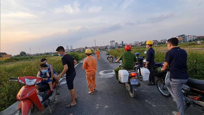 EVN HANOI khuyến cáo người dân không thả diều gần hành lang an toàn lưới điện  - Ảnh 1.