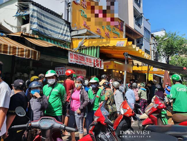 TP.HCM: Xếp hàng cả chục mét chờ mua heo quay cúng Tết Đoan ngọ, nhiều nơi cháy hàng từ sáng sớm - Ảnh 1.