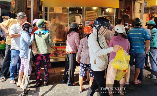 TP.HCM: Xếp hàng cả chục mét chờ mua heo quay cúng Tết Đoan ngọ, nhiều nơi cháy hàng từ sáng sớm - Ảnh 3.