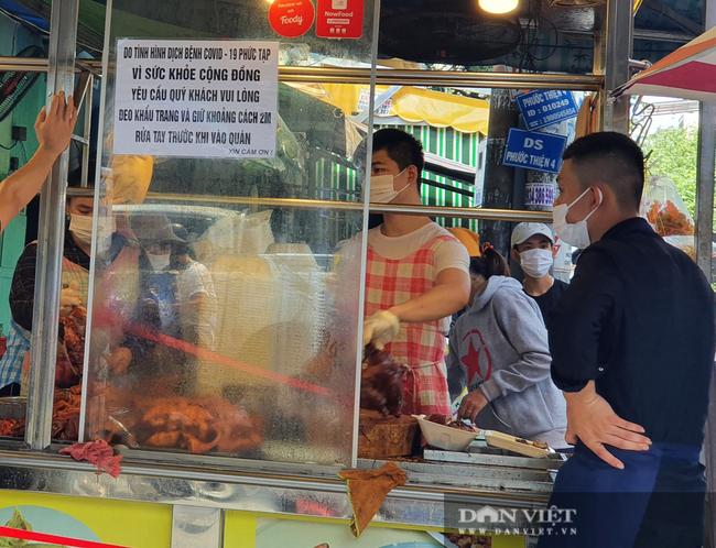 TP.HCM: Xếp hàng cả chục mét chờ mua heo quay cúng Tết Đoan ngọ, nhiều nơi cháy hàng từ sáng sớm - Ảnh 4.
