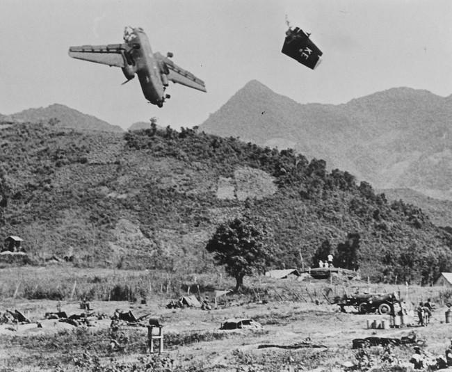 Cảnh tượng hiếm về máy bay Mỹ bị bắn rơi ở Việt Nam - Ảnh 1.