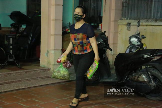 Tận mắt xem gia đình hậu vệ Duy Mạnh thịt gà cổ vũ đội tuyển Việt Nam - Ảnh 2.