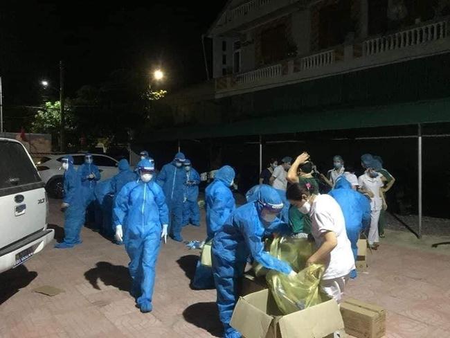 Nghệ An: Hơn 140 y, bác sĩ xung phong sẵn sàng xét nghiệm covid-19 cho hơn 6.000 trường hợp F1 ở Diễn Châu   - Ảnh 1.